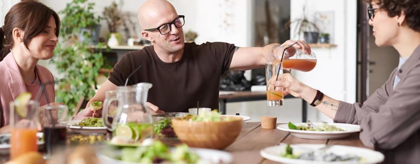 Por qué comemos más cuando estamos con nuestros amigos y familiares